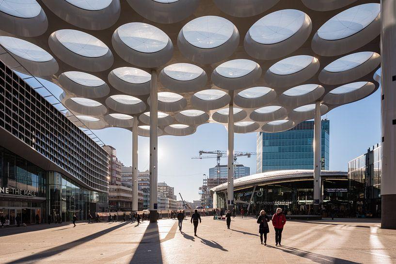 Das Lampendach mit Hoog Catharijne und Hauptbahnhof, Utrecht von John Verbruggen