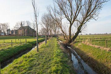 Smal pad naar de kerk in Giessen van Ruud Morijn