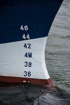 Boeg van een van de schepen in de haven. van scheepskijkerhavenfotografie