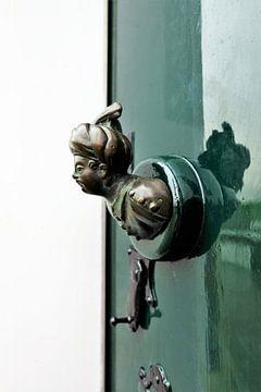 Voordeur in groen met Oosterse man. von Marian Klerx