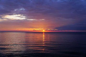 Zonsondergang aan het strand Bretagne van Sandra van der Burg