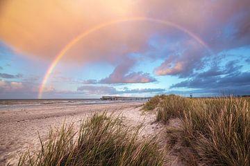 Oostzeestrand van Heiligenhafen met pier en regenboog van Jean Claude Castor