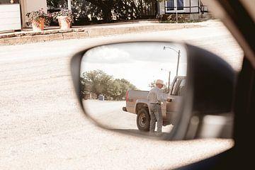 Cowboy in de zijspiegel van een auto van Moniek Kuipers