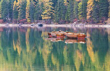 Alte hölzerne Ruderboote, Pragser Wildsee von M. Cornu