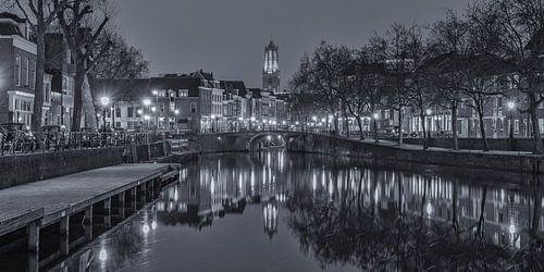Oudegracht, Zandbrug en Domtoren in Utrecht in de avond - zwart-wit van Tux Photography