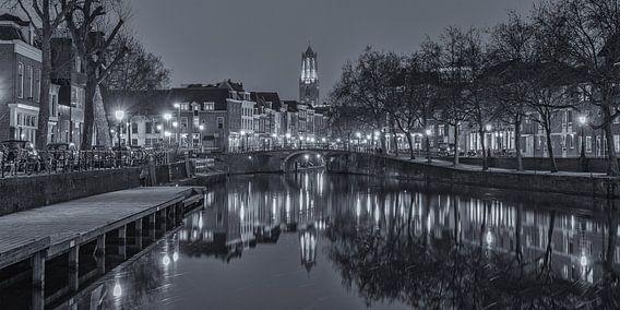 Oudegracht, Zandbrug en Domtoren in Utrecht in de avond - zwart-wit