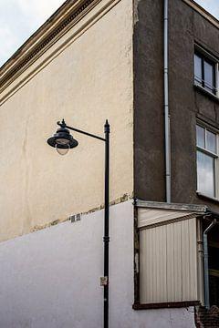 Oude straatlantaarn voor verweerd herenhuis van Lynn van Gijzel