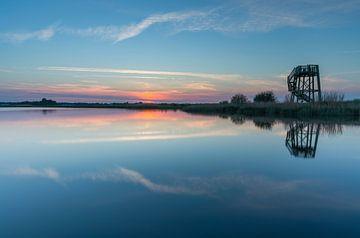 Wachturm bei Sonnenuntergang (Zwaneveldsgat- Groningen) von Marcel Kerdijk