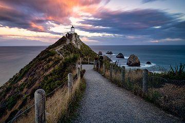 Nugget Point Vuurtoren tijdens zonsondergang in Nieuw Zeeland van Michael Bollen