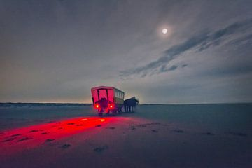 Chariot couvert sur la plage au clair de lune.
