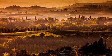 Zonsondergang boven de heuvels in de mist van Toscane - Een Italiaans landschap van Bas Meelker