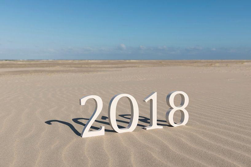 Tekst tweeduizend achttien op een strand van Tonko Oosterink