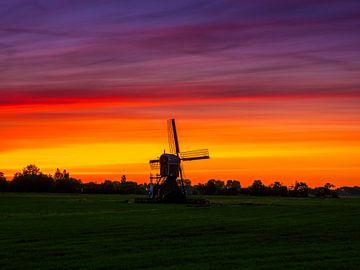 Windmühle bei Sonnenaufgang in den Niederlanden. von Ruurd Dankloff