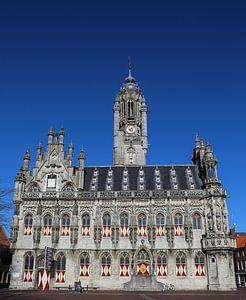 Stadhuis van Middelburg onder een blauwe lucht