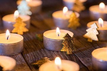 Advent kaarsen branden, kerstkaarsen branden 's nachts van Alex Winter
