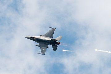 F16 Fighting Falcon met spoor van flares van Wim Stolwerk