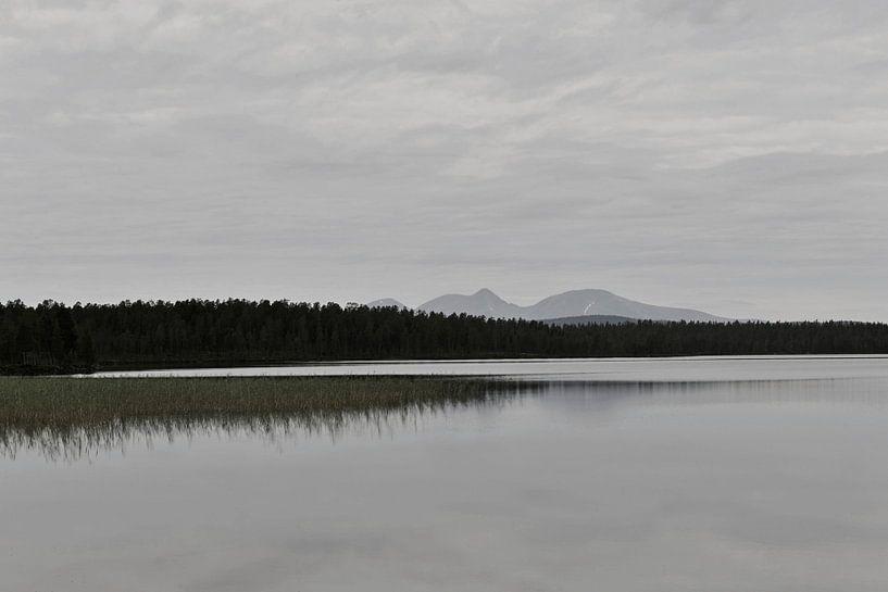 Schwedischer See, norwegische Berge sur Mirjam van Vooren