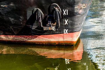 Spiegelung Bug eines Schiffes im Wasser von Dieter Walther