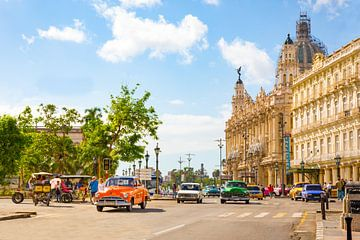 Oldtimers driving through down town Havana - Cuba von Michiel Ton