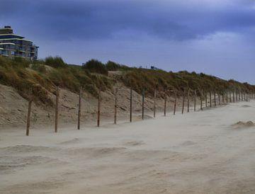 Strand en duinen tijdens storm van
