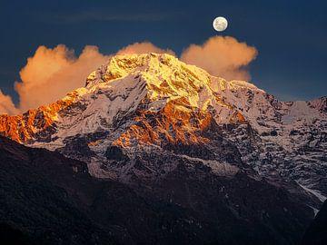 Nepal - Annapurna Track Himalaya - Zie de maan boven de bergen schijnen van Rik Pijnenburg