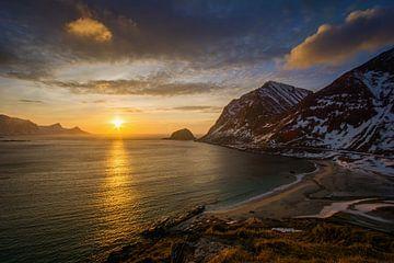 Haukland Beach sunset van Wojciech Kruczynski