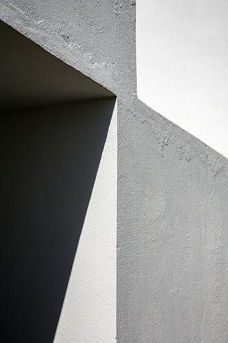 Grafisch lijnenspel in hoekmuur - rechthoekig van Hans Kwaspen
