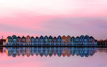 Roze zonsondergang over de regenboog huizen, Houten van Gea Gaetani d'Aragona