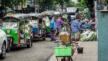 Goederen uit de taxi's laden in Bangkok, Thailand(flowermarket) von Jeroen Somers