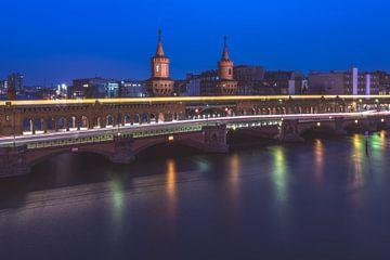 Berlin Oberbaumbrücke zur blauen Stunde von Jean Claude Castor