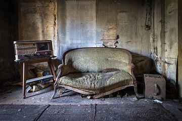 Altes Sofa und Radio von Inge van den Brande