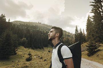 Un randonneur optimiste regarde vers le haut sur Besa Art