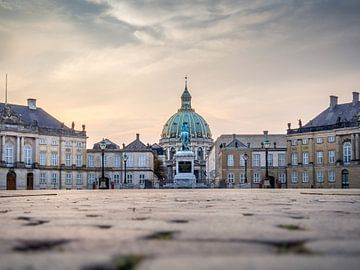 Het plein van Amalienborg Royal Palace . Copenhagen, Denmark, zonsopgang van Ruurd Dankloff