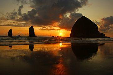 Haystack Rock, Cannon Beach bij zonsondergang van Jeroen van Deel