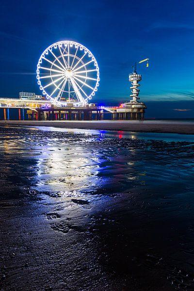 Scheveningen Pier Reuzenrad in de nacht met reflectie op het zand van Dexter Reijsmeijer