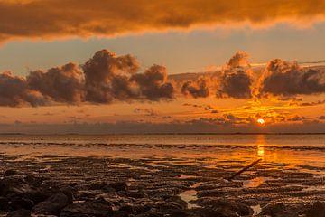 Sonnenuntergang im Wattenmeer. von Erik de Rijk
