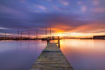 Sonnenuntergang am Museumshafen in Lauwersoog an einem schönen Abend von Bas Meelker
