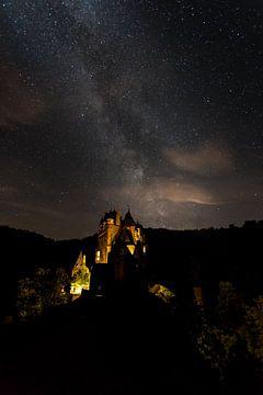 ghostly Eltz Castle van Marcel Derweduwen