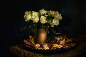 Herfst stilleven met rozen en herfstbladeren. van Saskia Dingemans