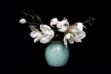 Katoen en Magnolia in licht groene vaas van Studio Maria