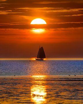 Zonsondergang en zeilboot bij Harlingen tijdens eb van Harrie Muis