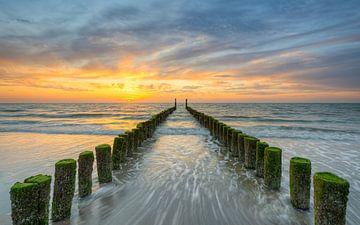 Avondstemming op het strand in Domburg van Michael Valjak