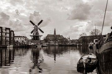 Zicht over het Spaarne van molen de Adriaan en de Grote Kerk (Haarlem, Holland) /sepia van ErikJan Braakman