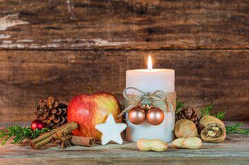 Kerst- en adventsdecoratie met versierde kaarsvlam, rode appel van Alex Winter