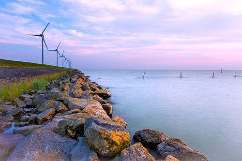 Windmolens langs de dijk