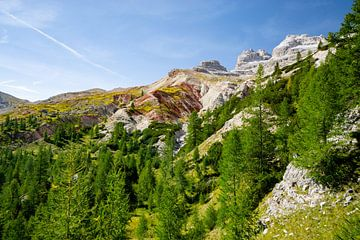 faszinierende farbige Erde in den Dolomiten von Leo Schindzielorz