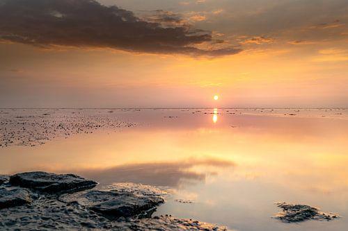 Waddenzee met spiegelende zonsondergang