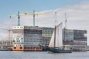Klassiek zeilschip passeert Silodam in Amsterdam bij de Race of the Classics Rotterdam van