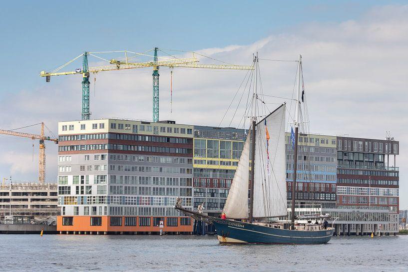 Klassiek zeilschip passeert Silodam in Amsterdam bij de Race of the Classics Rotterdam van Suzan Baars