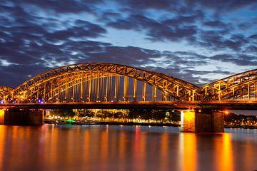De Hohenzollernbrücke in Keulen bij nacht van ManfredFotos